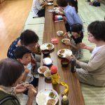 給食では、お話しながら楽しく食べていました。