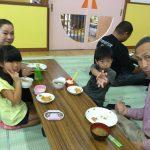 給食も一緒に食べ、楽しい時間を過ごしました。