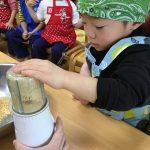 大豆をミルサーで粉状にしていきます。