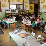 各クラス、1つ上のクラスの教室で給食を食べました。きりん組のみんなはグループごとに分かれて、色んな教室で食べました。