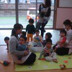 乳児も先生の周りに集まっています。