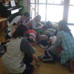 地震発生の放送を聞き、教室の真ん中に固まり頭を伏せました。