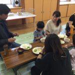 お父さんやお母さんと一緒に給食を食べました。