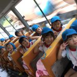 バスに乗って神崎の海岸に向かいました。みんなわくわくしています。
