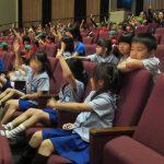 劇中にはいくつもの質問やクイズコーナーがあり、みんな積極的に手を挙げ、大きな声で答えていました。
