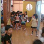 不審者が去っていった放送を聞き、園児はホールに集まりました。