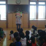 最後にホールで、不審者が現れた際の対処方法を、紙芝居を使用して学びました。