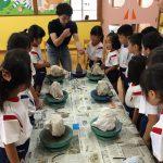 まず始めに高井先生から陶芸のお手本を見せてもらいました。みんな真剣に見て聞いていました。