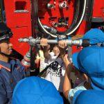 最後に消防車に付いているホースを持たせてもらいました。