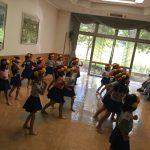 女の子がかわいくフラダンスを踊りました。