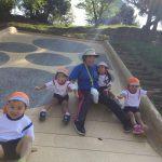 到着後は様々な遊具で遊びました。急な滑り台も先生と一緒に滑ることができました。