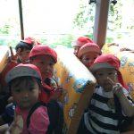 うさぎ・こあら組のお友達は、バスに乗って青葉山ろく公園に向かいました。