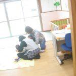 乳児クラスでは、担任が覆い被さる様にして子どもを守りました。