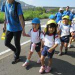 ぱんだ・きりん組のお友達は大波下から歩いて青葉山ろく公園に向かいました。