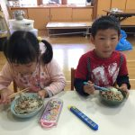 陶芸体験で作った器をお茶碗に使用しました。みんなで協力して一生懸命作った蕎麦は格別でした。