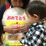 誕生児の子がエプロンシアターのケーキを作っていました。