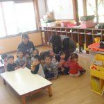 非常ベルの音を聞いて、教室の真ん中に集まり姿勢を低くしました。