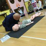 職員一人ずつ人形を使って心肺蘇生を体験しました。手や足の動きを見ながら呼吸の確認をしています。