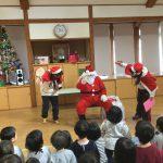 「メリークリスマス」と挨拶をしました。大きなサンタクロースにみんな大喜びです。