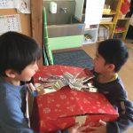 ぱんだ組は、保育室に大きな箱で届いていました。大事に二人で持っていました。