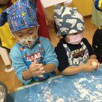うさぎ組からは、ついたお餅を自分たちで丸めました。感触を楽しみながら丸めていました。