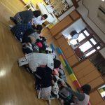 地震の放送を聞き、幼児クラスはホールの真ん中に素早く集まりました。