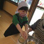 大豆をミルサーにいれ砕きました。大きな音に驚いていました。