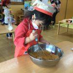 ミルサーで砕いた大豆に砂糖を混ぜます。こぼれないように丁寧に混ぜていました。