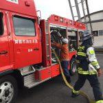 消防車から実際にホースを出す様子を興味を持って見ていました。