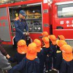 消防車を見学しました。積んであるものを見せて頂き興味をもって見ていました。