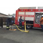 消防車のタンクに水を補充する様子です。ホースが膨らみ水が入っていく様子に歓声をあげながら見ていました。