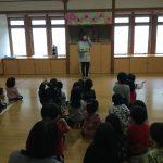 ホールに集まり、話を聞きました。子どもたちは、不審者の服装や動きをよく見ていて質問にもたくさん答えていました。