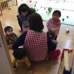 ひよこ組も保育教諭のところに集まっています。