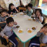 ぱんだ組は、きりん組の部屋で食べました。憧れの年長組と4月からの期待が更に膨らんだ様子でした。