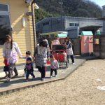 ひよこ組も保育教諭と手をつなぎ急いで園庭に避難しました。