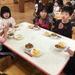 うさぎ組、こあら組、ぱんだ組、きりん組がホールに集まり一緒に給食を食べました。