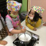 カスタードを作っています。牛乳、生クリーム、さとうを入れしっかり混ざるように泡だて器を使ってひとりずつ混ぜました。