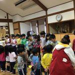 ぱんだ組は、きりん組のお友だちの顔を画用紙で作ったメダルをプレゼントをしました。