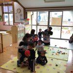 乳児クラスも保育教諭のそばに集まっています。驚いて泣いてしまう子もいました。