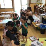 地震が起きたとの放送を聞き、保育教諭の近くに集まりました。突然の放送に驚いている子もいました。
