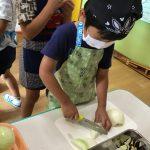 包丁を使い、食材を切ります。手を切らないように気をつけながら丁寧に切っていました。