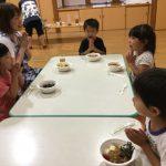 坐禅のあとは、楽しみにしていた夕食です。自分たちで作ったカレーは格別でたくさんおかわりをして食べていました。