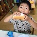 坐禅のあとは、朝食です。お泊まり保育の話をたくさんしながらサンドウィッチを食べていました。