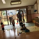 乳児クラスのお友だちも、保育教諭と一緒に避難しています。