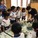 陶芸家の高井晴美先生に来て頂き、お茶碗を作りました。作り方を真剣に聞いています。