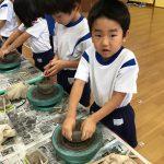 粘土をお椀の形に整えました。力のいる作業でしたが、「楽しい」と言いながら取り組んでいました。