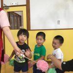 7月生まれのお友だちをお花の列車で迎えに行きました。