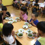 ゲームのあとは、ホールに集まりみんなで給食を食べました。
