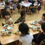いろいろなクラスのお友だちと一緒で嬉しそうでした。たくさんおかわりをして食べていました。