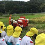 脱穀機を使って脱穀する様子を見学しました。初めて見る子が多く「すごーい」と興味を持って見ていました。